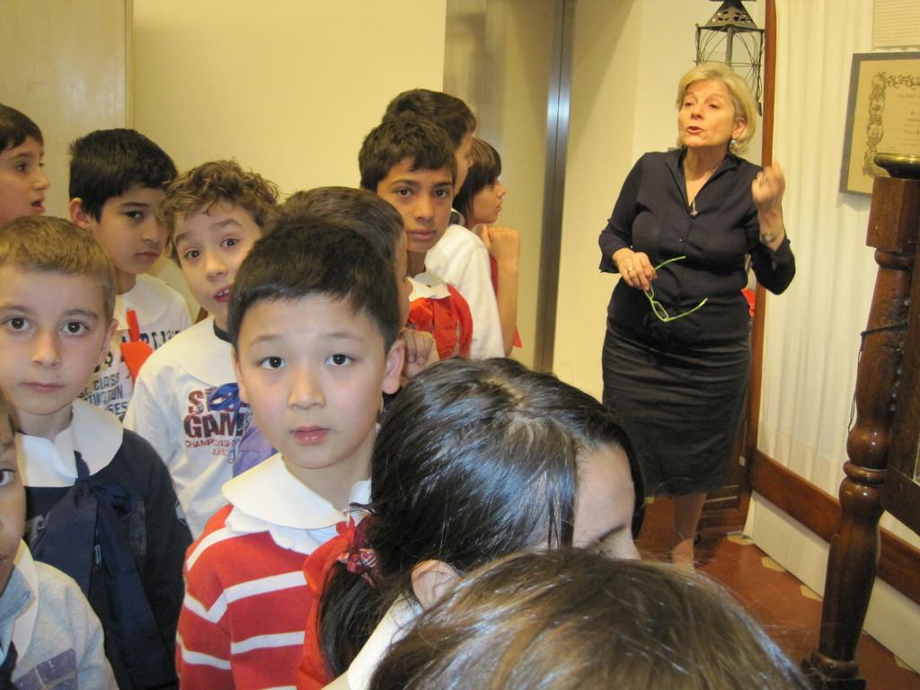 In fila, composti, aspettano il suono della campanella della maestra per entrare in aula