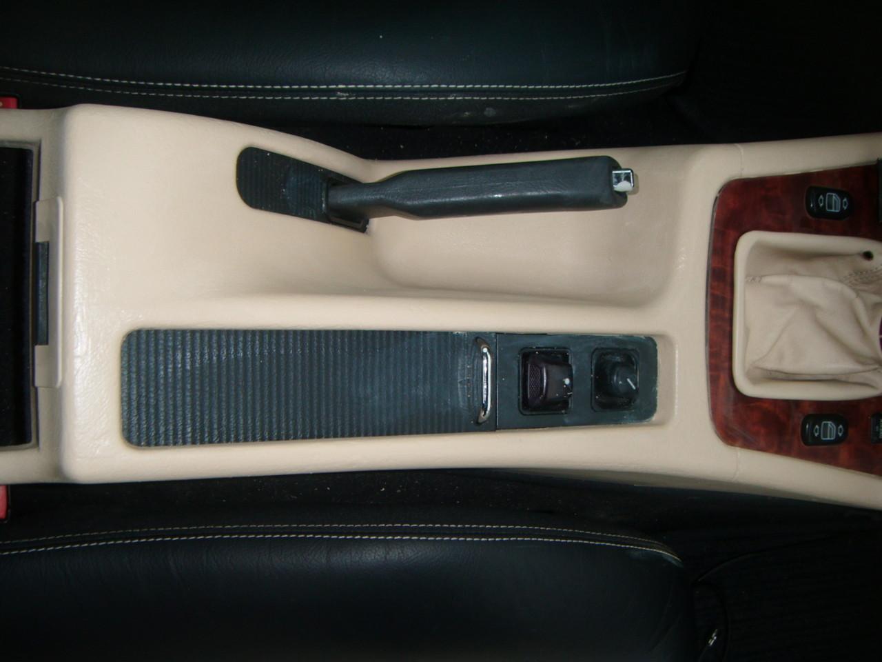 Kunststoff Färbung Mittelkonsole Mercedes SLK  (Nachher)