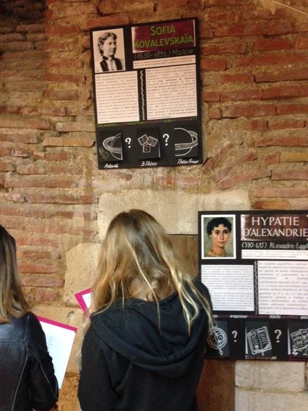 Des collégiens devant l'exposition du lycée de Caussade