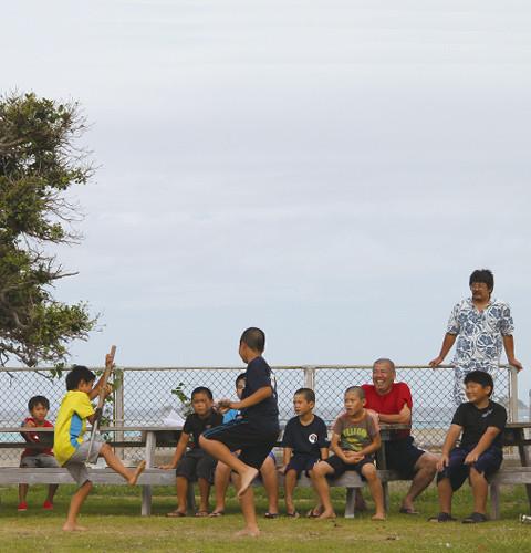 野甫公民館の広場で棒術の練習を する子どもたち