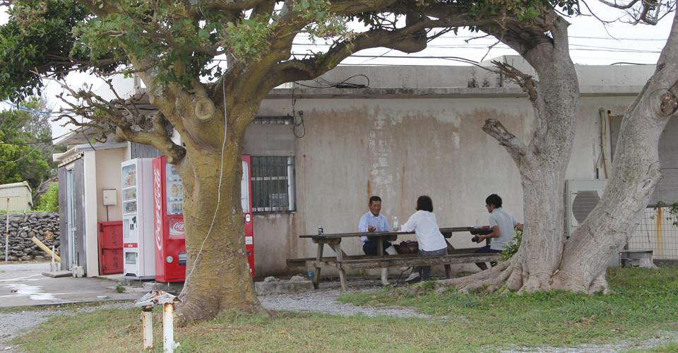 どこか懐かしく感じる集落の風景。 諸見さんの日課は、朝一番の仕事を終えたら島尻共同売店前のベンチで一休みすること