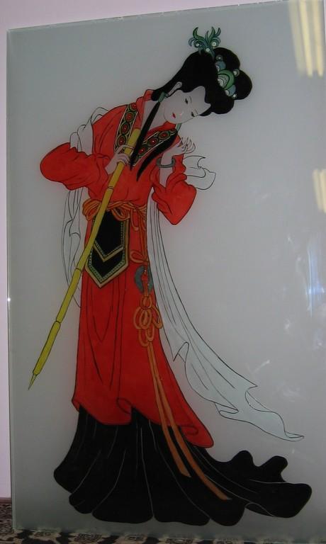 grand modèle peint sur une porte en verre