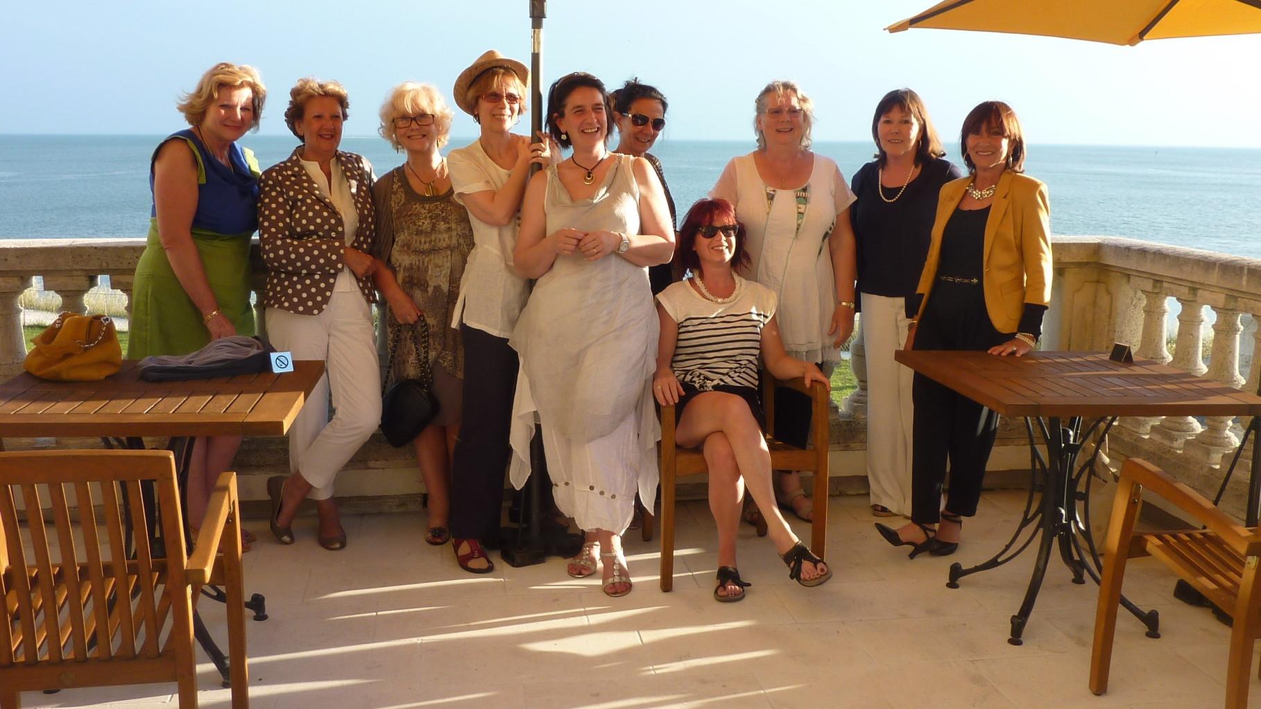 photo d'un petit groupe avant le dîner