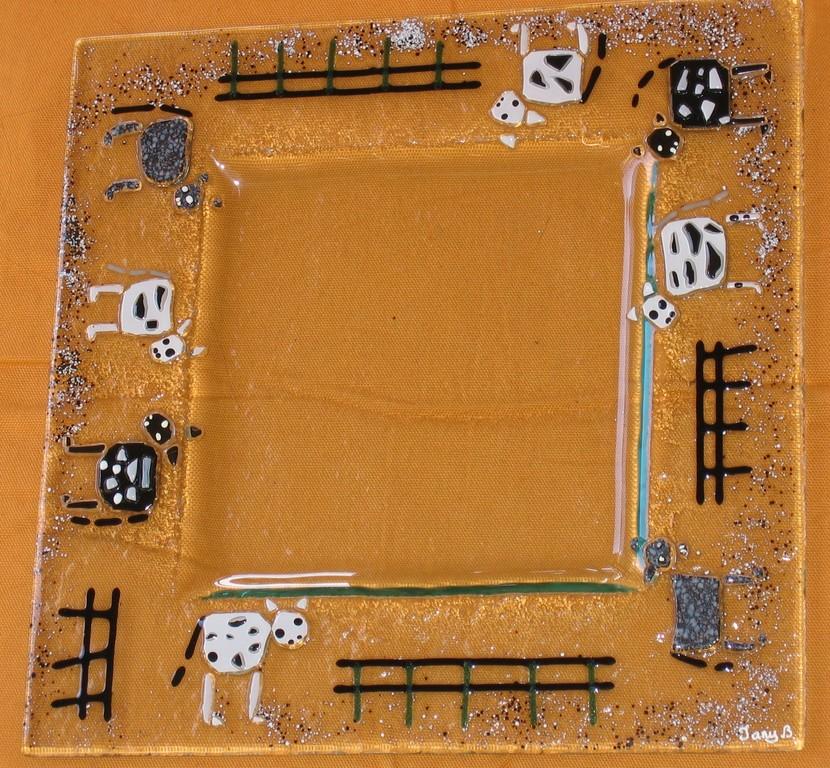 Plat carré décoré de vaches