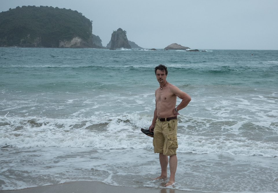 Hier machten wir uns auf den Weg zum Strand, dahinter nur noch Wasser, der Pazifik. Ein paar Inselarchipele, sonst rein gar nichts, außer diesem riesigen Ozean, den halben Globus herum, bis nach Südamerika. Das muss man sich mal vorstellen !!!