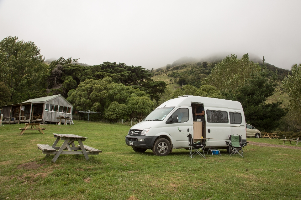 ... hinter dem sich ein schrulliger Campingplatz versteckt ...