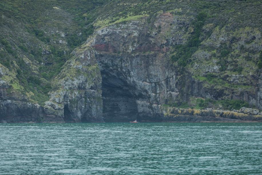 ... bevor es dann auf's Meer ging.Eine phänomenale Küste mit riesigen Höhlen, hier zum Vergleich ein nicht gerade kleines Schiff davor.