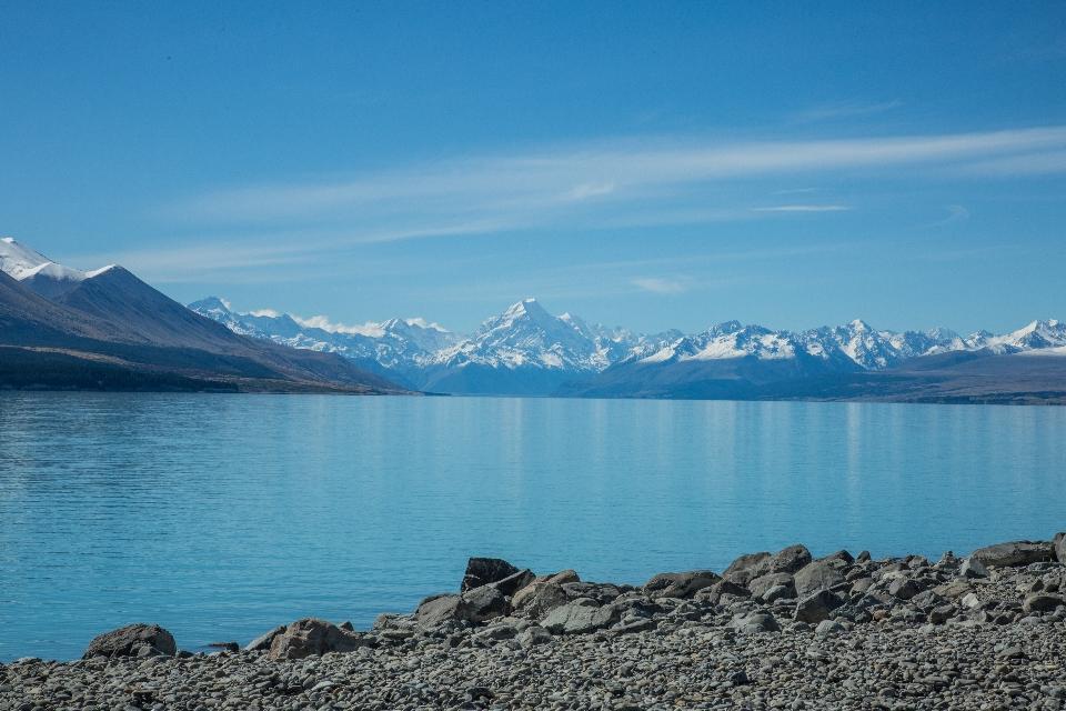 ... an dessen Ufer der Mount Cook thront. Mit 3800 soundsoviel Metern die höchste Erhebung Neuseelands.