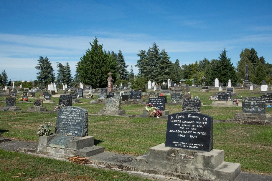 Ein Städtle gequert mit typischem Kiwi-Friedhof. Schlicht ruhen ihre Körper, die Seelen sind frei.