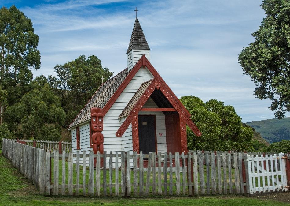 ... vorbei an der kleinen Maori-Betstätte nochmal den waghalsigen Weg runter in die Stadt ging.