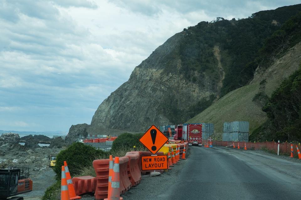 Sehr viele Baustellen, weil 2016 ein schweres Erdbeben war, das entlang der Küste ca. 15 Kilometer Gelände einfach weggerissen hat.