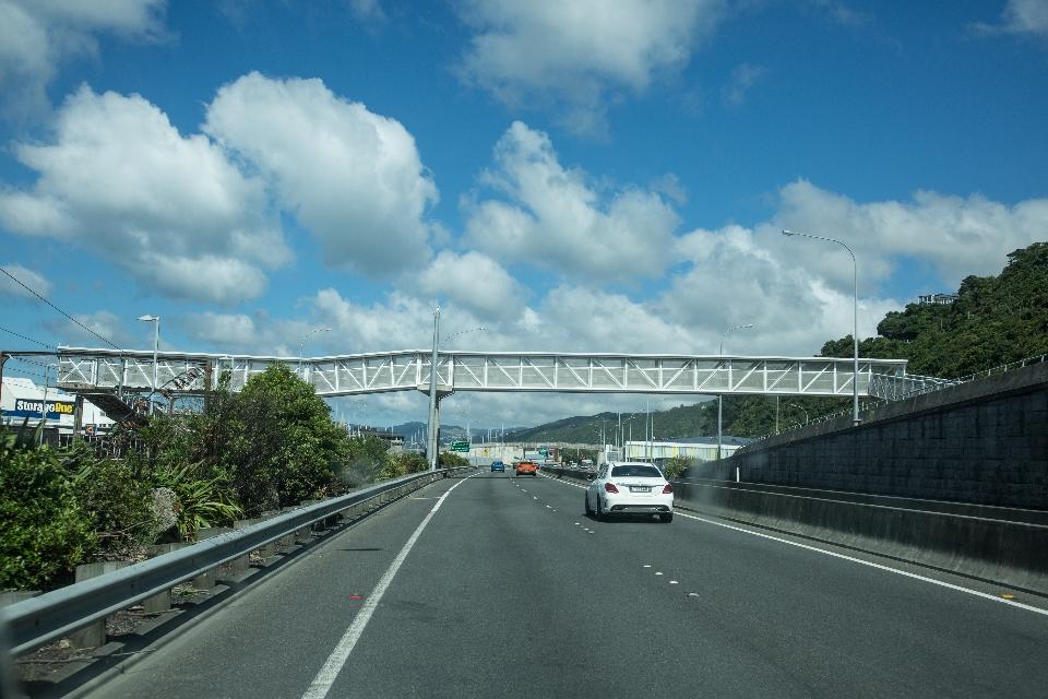 ... nach der kurvenreichen Schlängelfahrt kamen wir auf Wellington zu ...