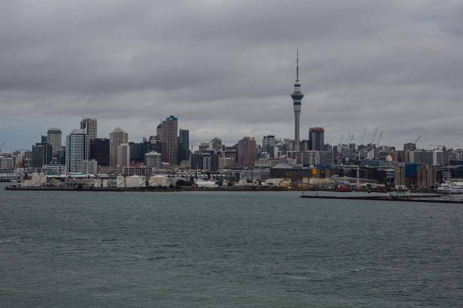Kamen durch Auckland, wo der Skytower über die Stadt blickt...