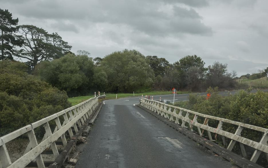 ... und urigen Brücken weitergeht. Hier eine der hier üblichen One-Lane-Bridges, die jeweils nur von einer Seite befahren werden können.