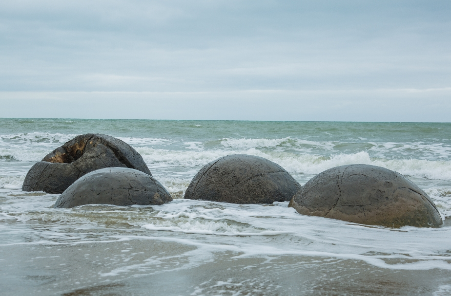 ... und jetzt nach und nach durch Erdbewegungen und Einfluss des Meeres an den platten Strand befördert werden.