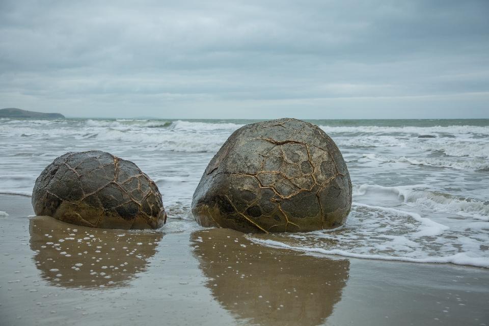 ... das sind runde Felsformationen, die vor Millionen von Jahren im Meeresschlamm durch chemische Prozesse gebildet wurden ...