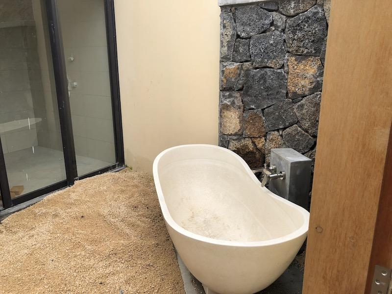 villa avec baignoire et douche extérieure domaine cap tropical