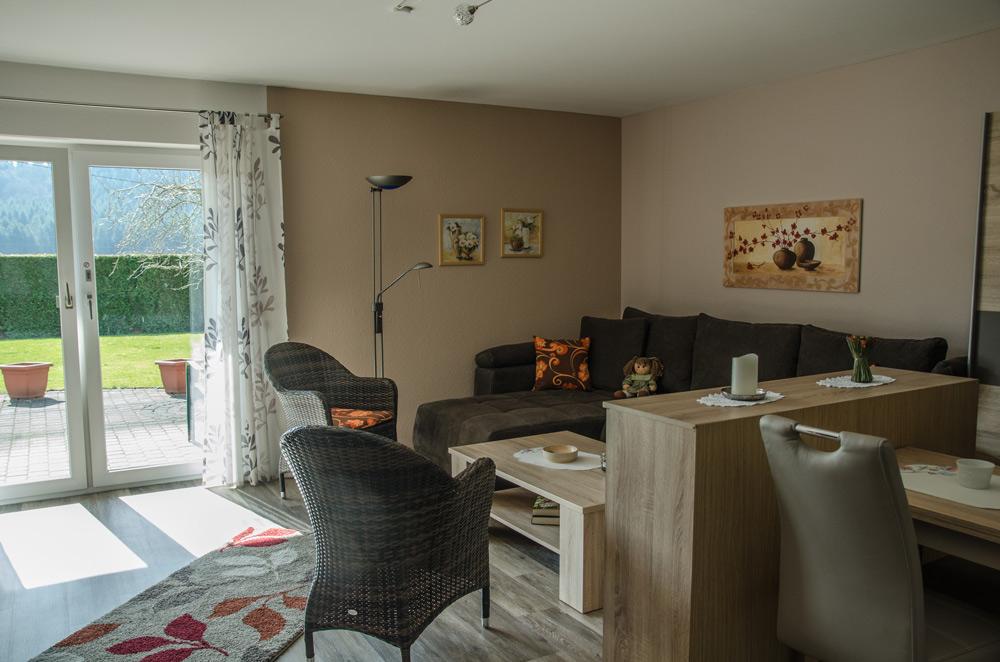 Gästezimmer, Wohnbereich mit Ausblick in den Garten, Bild 3