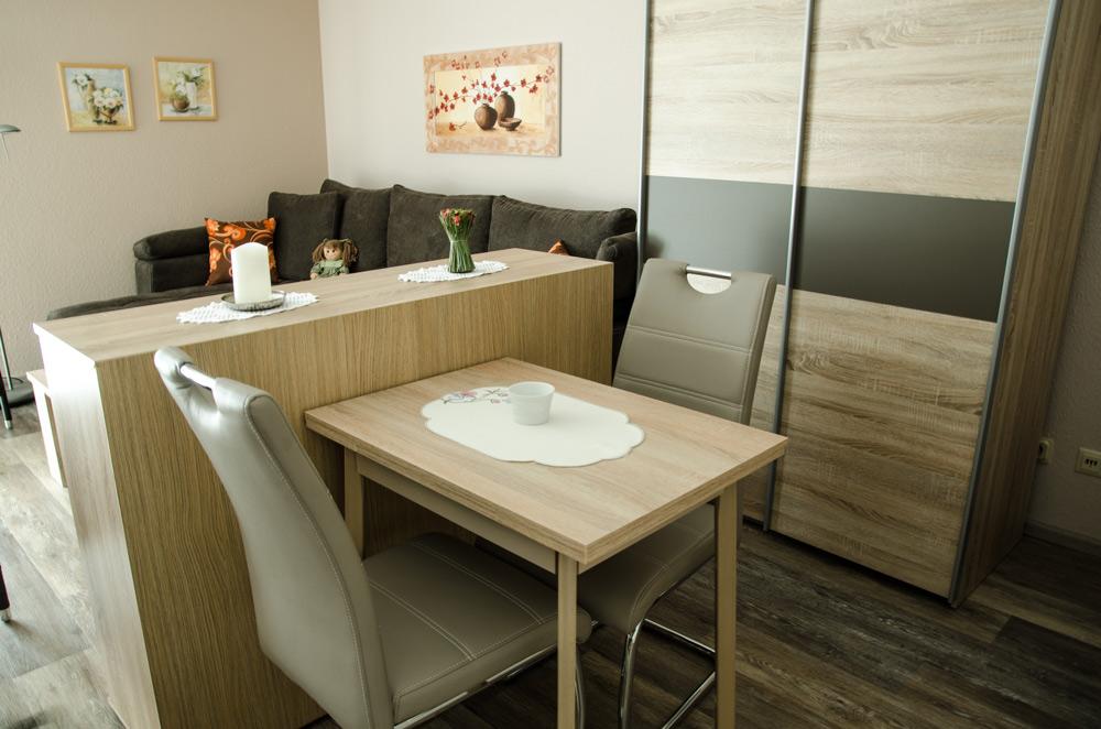 Gästezimmer, Wohnbereich mit kleinem Ess-Tisch, Bild 2