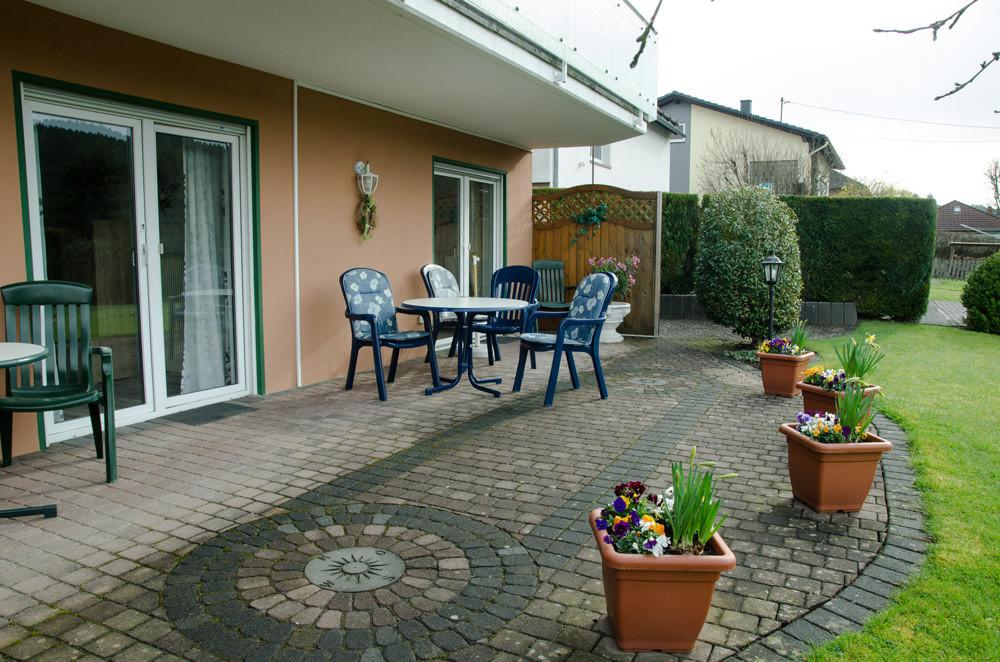Terrasse mit Gartenmöbeln, Bild 2