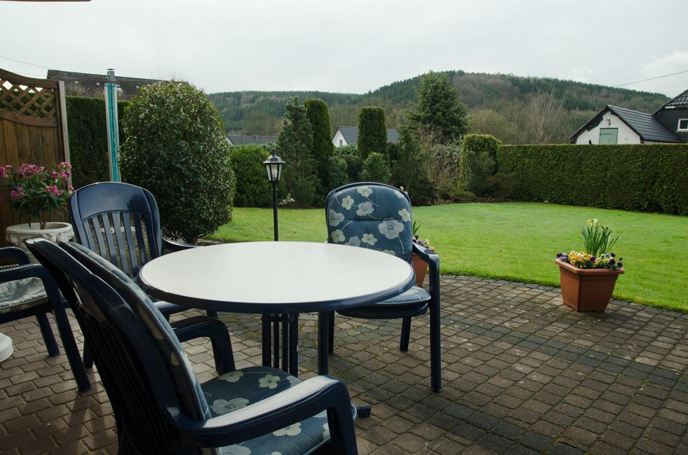 Terrasse mit Gartenmöbeln, Bild 1