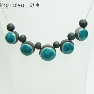 description du bijou en ceramique de perles noires et bleues