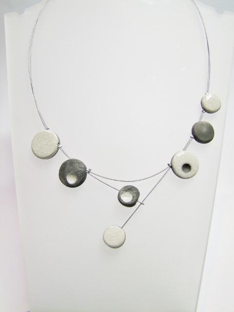 voir ce collier de createur en ceramique raku blanc et gris