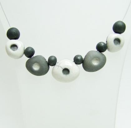collier noir et blanc en raku