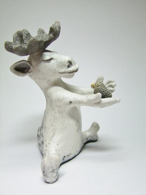 fiche détaillée statue de cerf avec oiseau