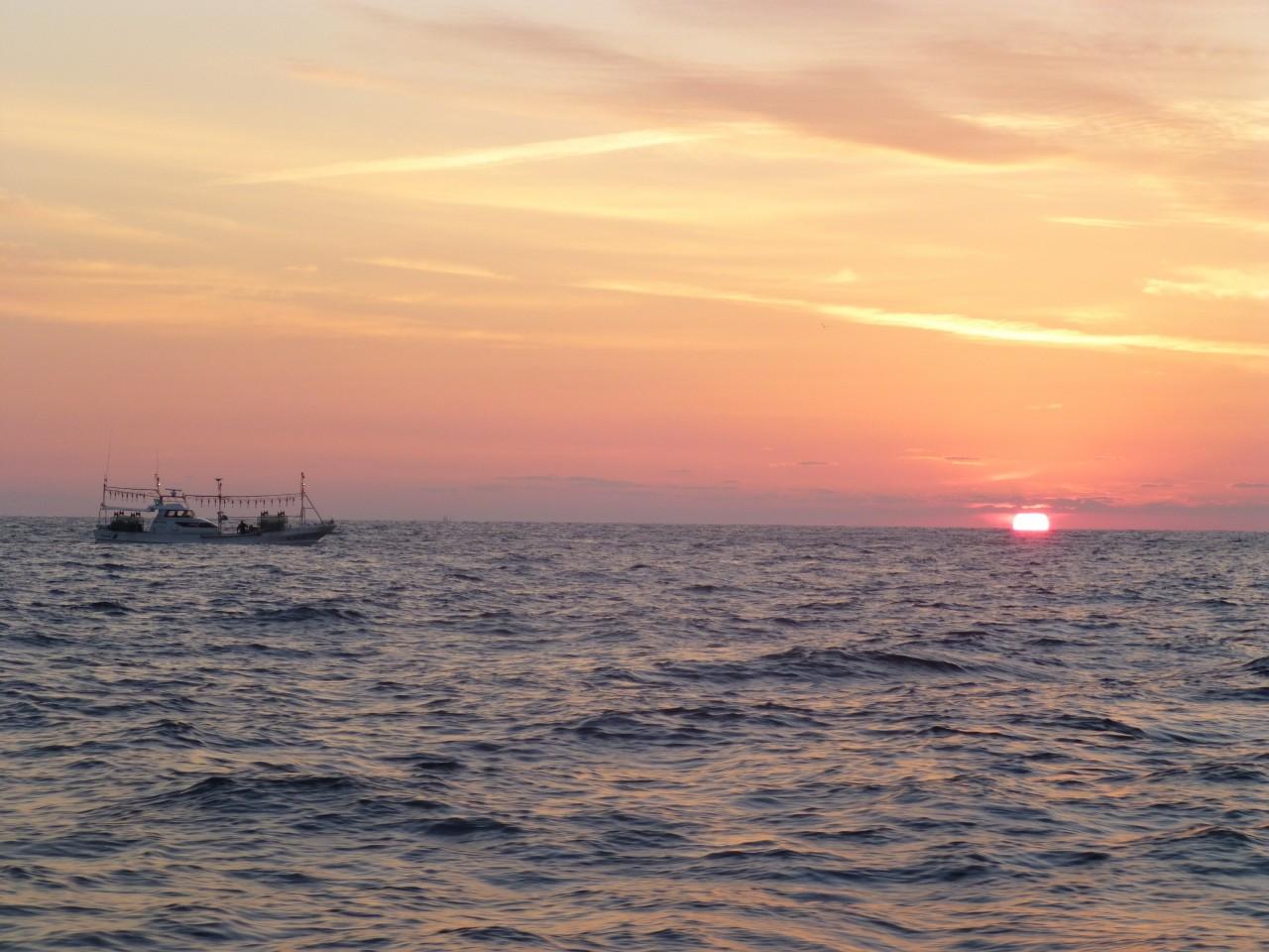 今日の沖の瀬のポイントです 縄船が漁をしています