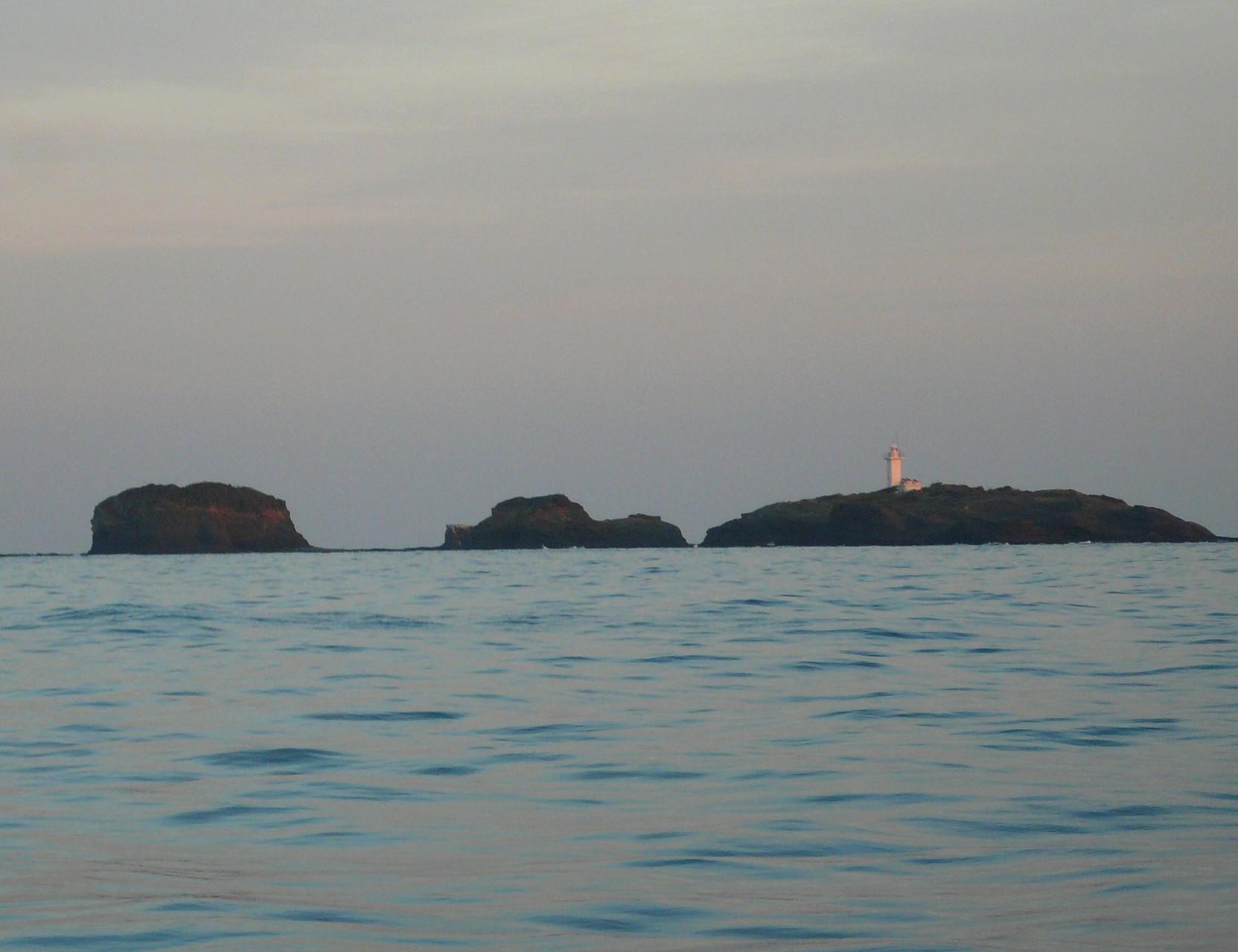 対馬最北端 夕日が当っている三ッ島・灯台