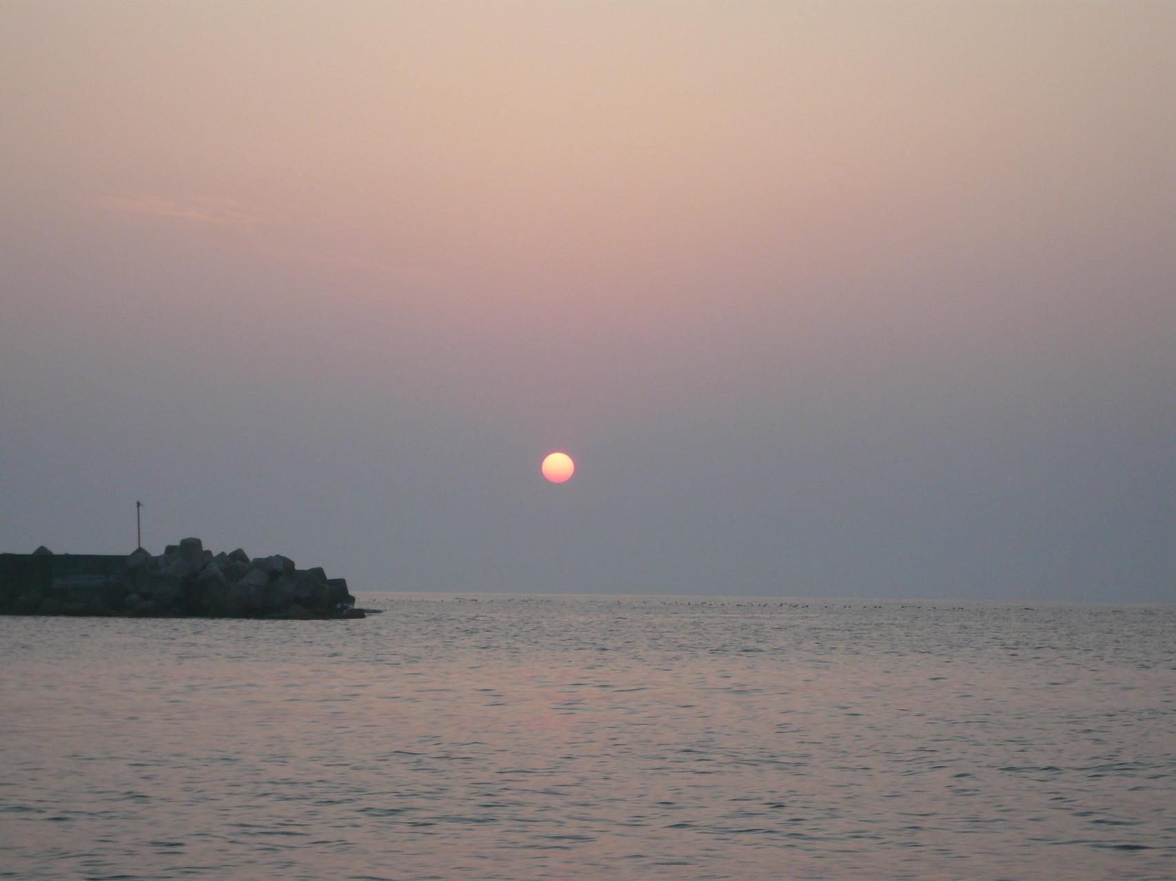 5月22日 比田勝港出口防波堤 いい凪で 日の出