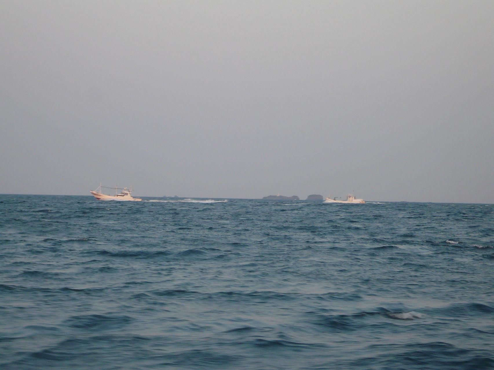 4月15日巻き網船団が帰港中 三ツ島灯台沖 灯船。運搬船ゆっくり走行中