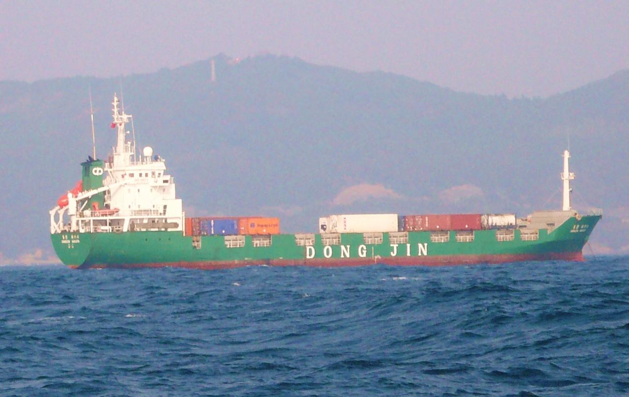 大韓民国のコンテナ船 比田勝港出入り口に停泊 明りがたくさん灯り 海上保安の船もいるしびっくりです