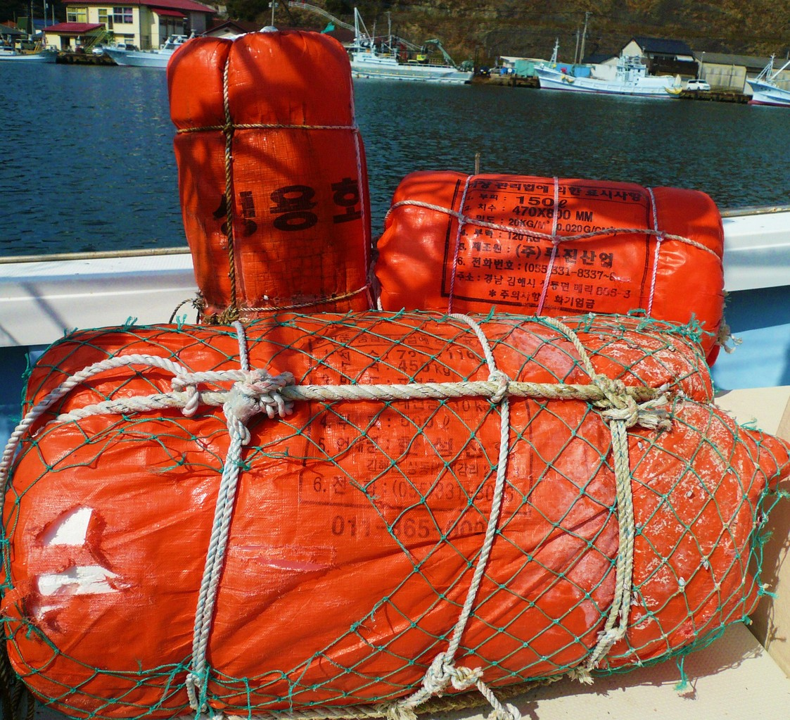 10月17日 韓国からの漂流物 博潮丸の停泊岸壁のヘンダー 使用します 助かります