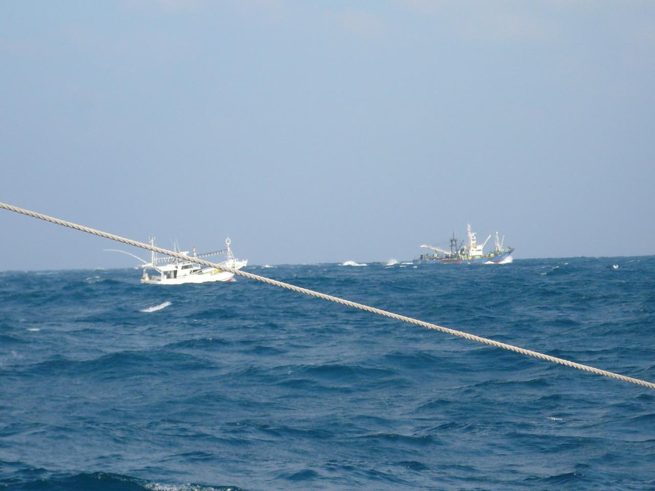2014年1月6日波が高く1.6m 韓国の手繰り船だそう こんな近くに来てもいいのかな