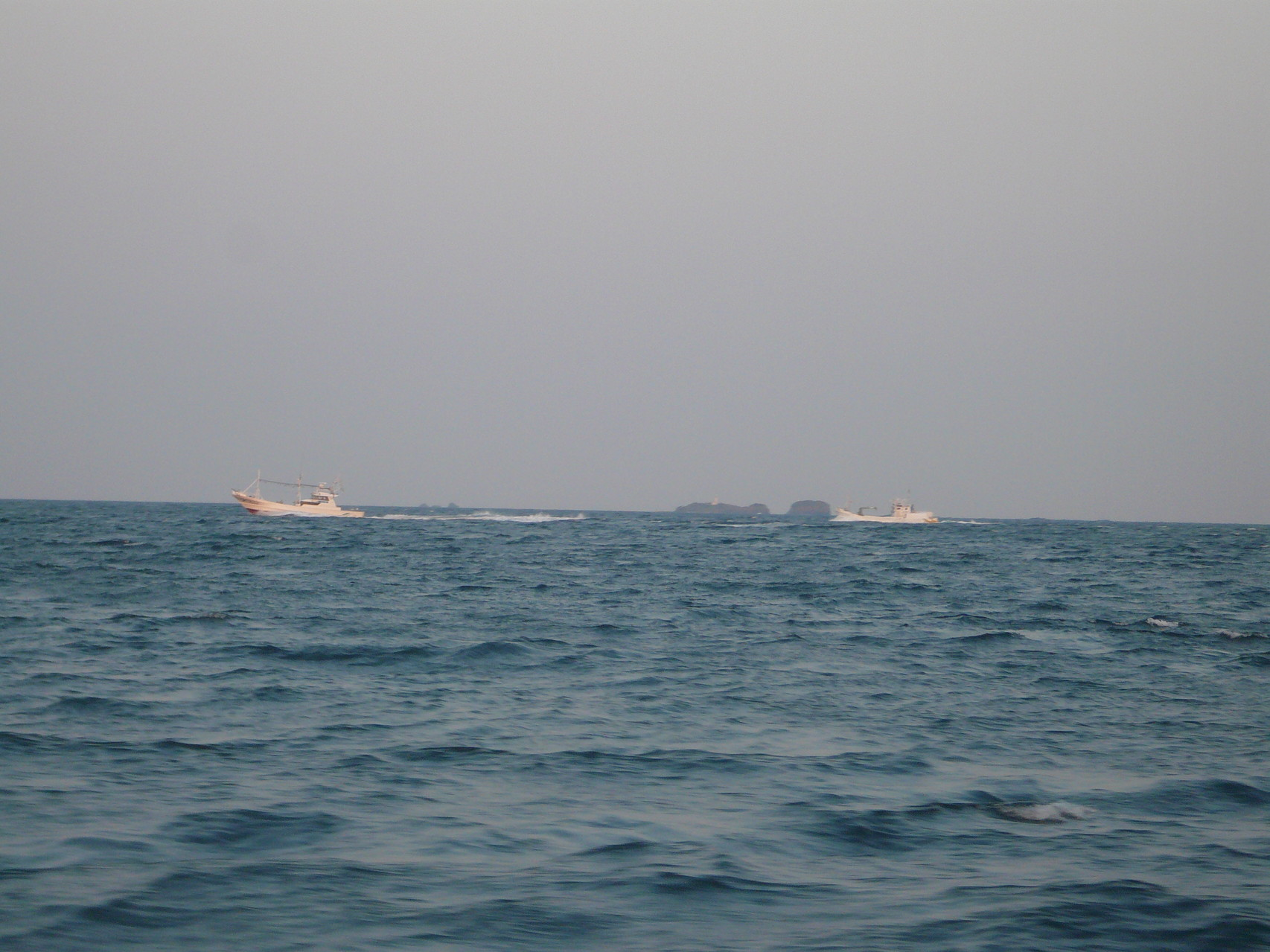 4月15日巻き網船団が帰港中三ツ島灯台沖 灯船・運搬船今日は漁が無かった?全速で走っていません・・・・・