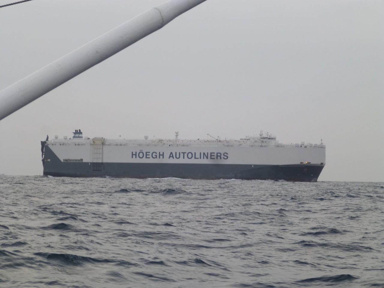 2月23日いきなり近くを外国船が通過します