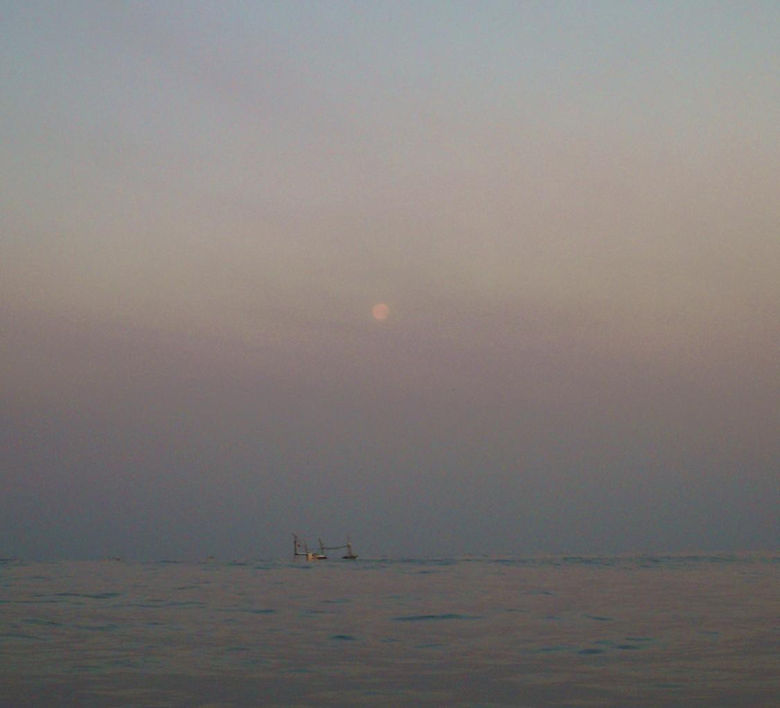 1月29日月がもうすぐ沈みます 船はうねりで沈みます