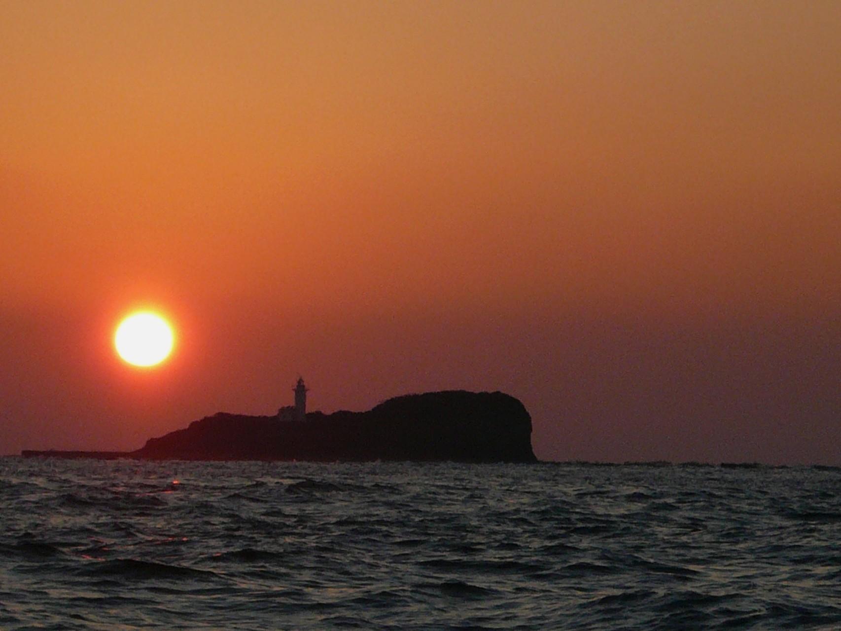 日本最西端の夕日 対馬最北端 三ッ島・灯台