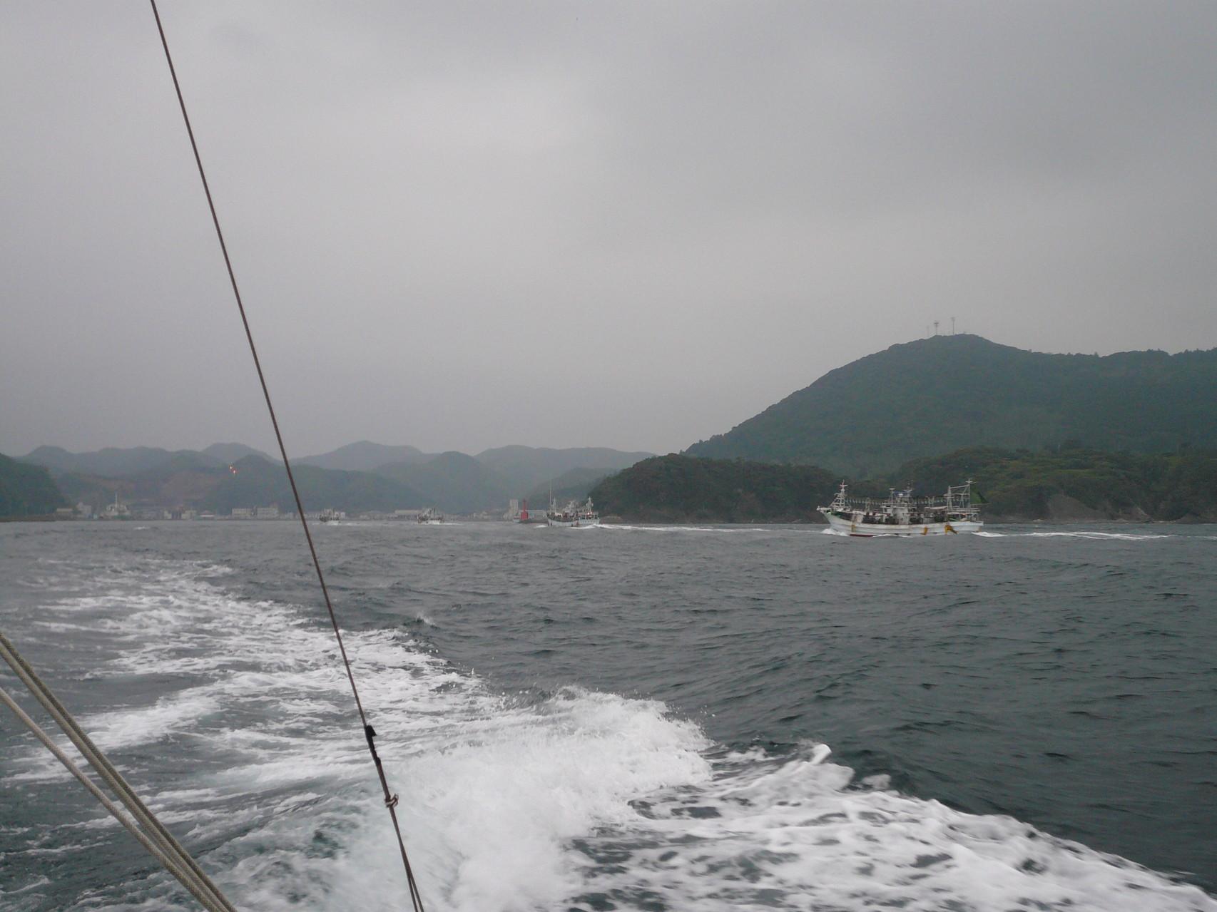 6月7日 イカ釣り船帰港中 比田勝港へ入港 漁協に水揚げ順番待ちです。