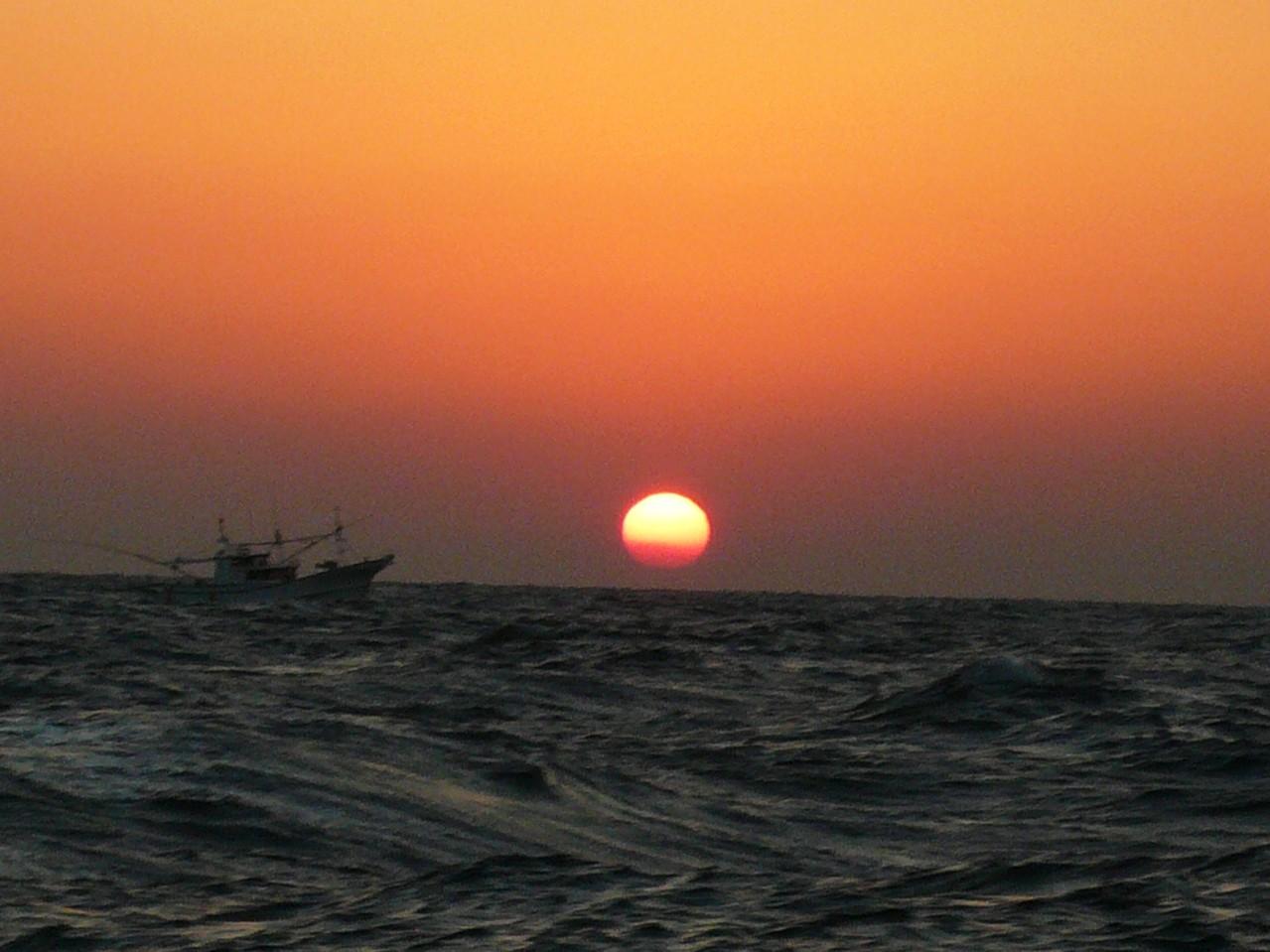 10月15日天気は良いが 北北東13m波の高さ2mまだまだ高くなる 帰港へ