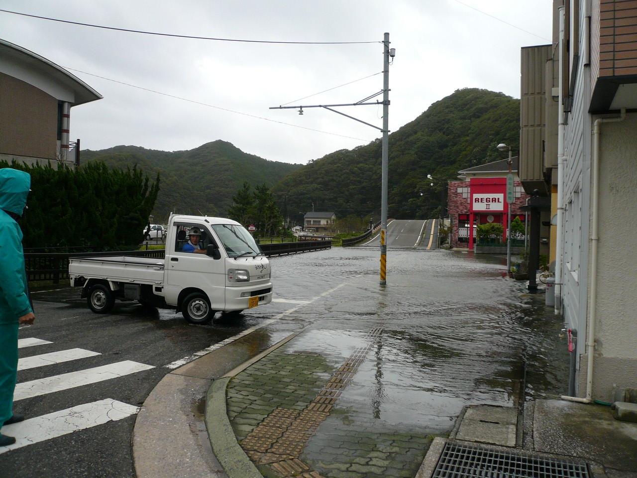 町の中 高潮の為 海水です