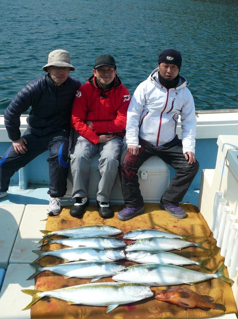 東京へ 送る魚と記念写真 まだ池間には魚がたくさん どうします
