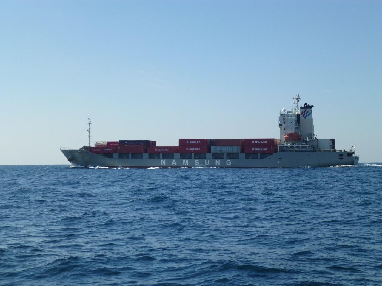 10月19日いきなり外国船近くを通過します