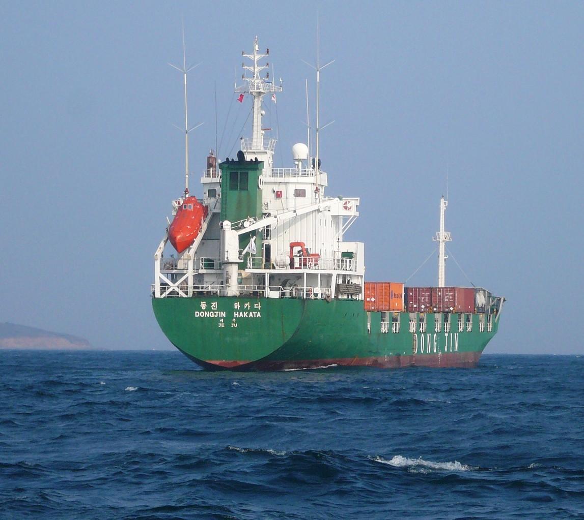 出船 まだ暗く 灯かりがたくさん 高さが高いのでびっくり 海上保安庁の船も赤の赤色灯を回している
