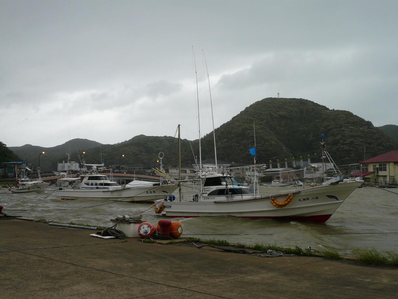 9月17日午前8時 今から昼過すぎサンバが通過 風強く湾も波立ち始め 心配です