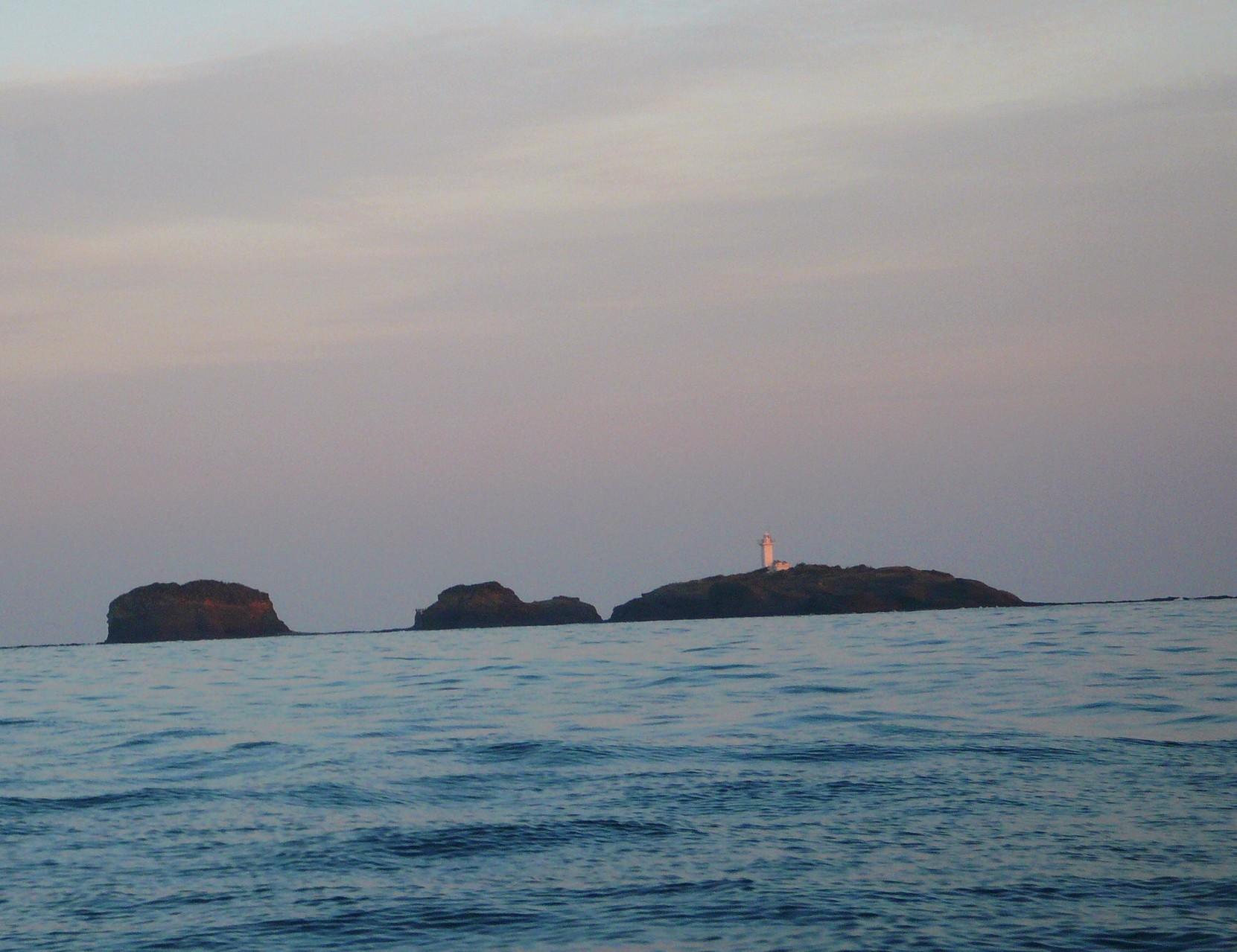1月16日 夕日が当たる三つ島灯台