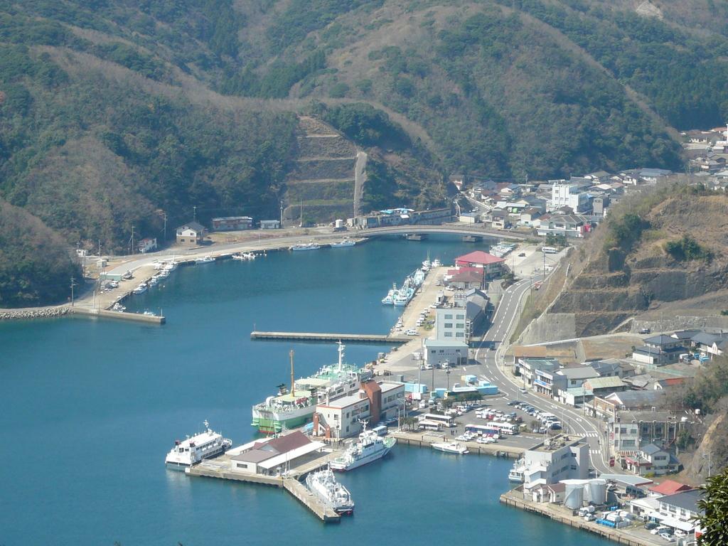 比田勝港 フェリーげんかい博多へ 後 J Rビートル釜山まで 左側 第八博潮丸停泊地