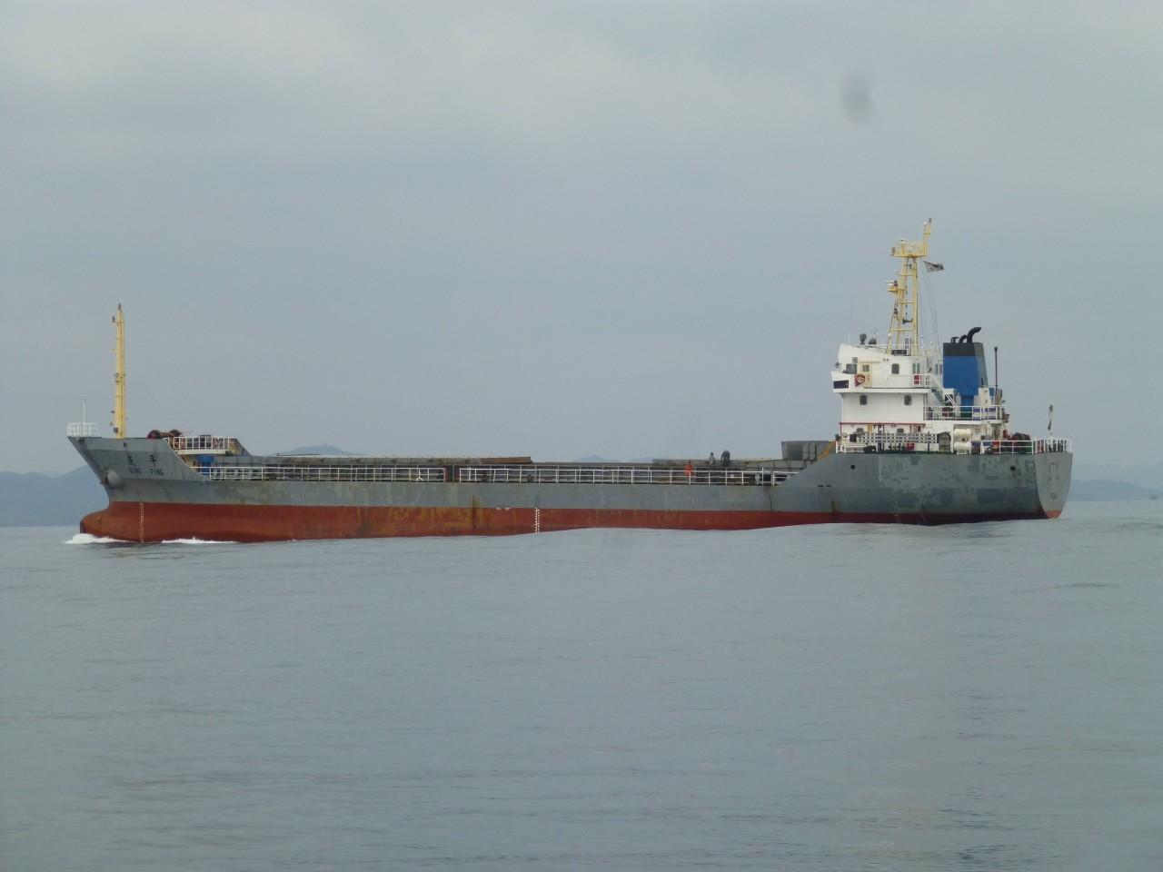 1月25日外国船がすぐ近くを通過します外国船がすぐ近くを通過 博多港行き 荷物積載量少ないかな